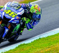 Rossi wins three-way fight for 52nd pole position
