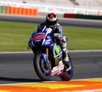 Jorge Lorenzo smashes lap record, Rossi crashes in Valencia qualifying