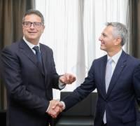 Simon Busuttil hands Adrian Delia office keys