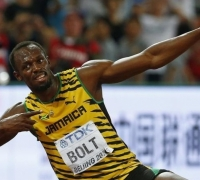 [WATCH] Bolt taken out by cameraman after winning 200m gold