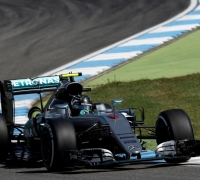 Last-gasp Rosberg grabs home pole