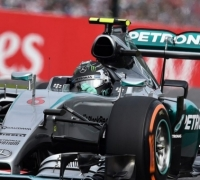 Rosberg on pole after Kvyat accident