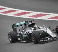 Rosberg eases to Sochi pole after Hamilton failure