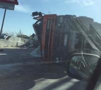 Man hospitalised after truck overturns on t'Alla u Ommu hill