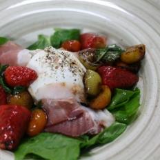 Mozzarella, speck and strawberry salad