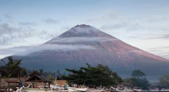 Bali: fears of volcanic eruption after 5.7-magnitude tremor strikes