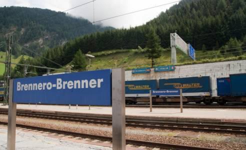 Austria reinforces army presence on Italian border