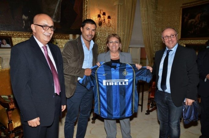 Ivan Cordoba presents a signed shirt to President Marie Louise Coleiro Preca. Photo by Charles Vassallo