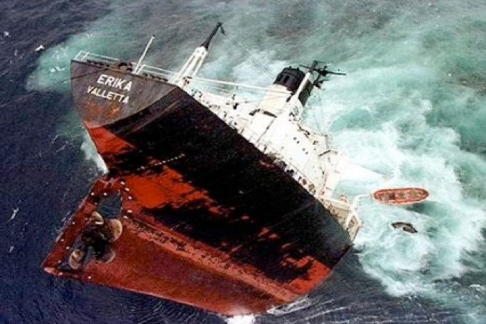 The oil spill, occurring some 400km off the Brittany coast, affected about 150,000 birds, of which 72,000 were killed.