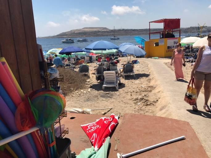 A Ta' Fra Ben kiosk was closed down today after it was found to be illegally providing deckchairs for the second day in a row