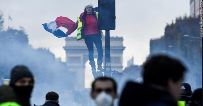 Police use tear gas in Paris protest against Macron
