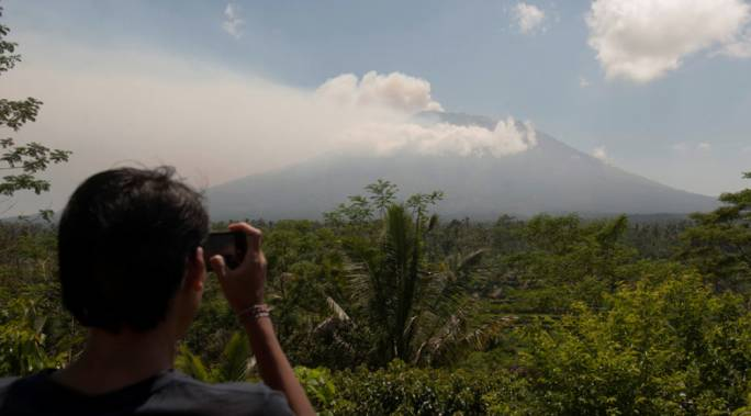Thousands evacuated as Bali volcano spews ominous smoke (Photo: RT)