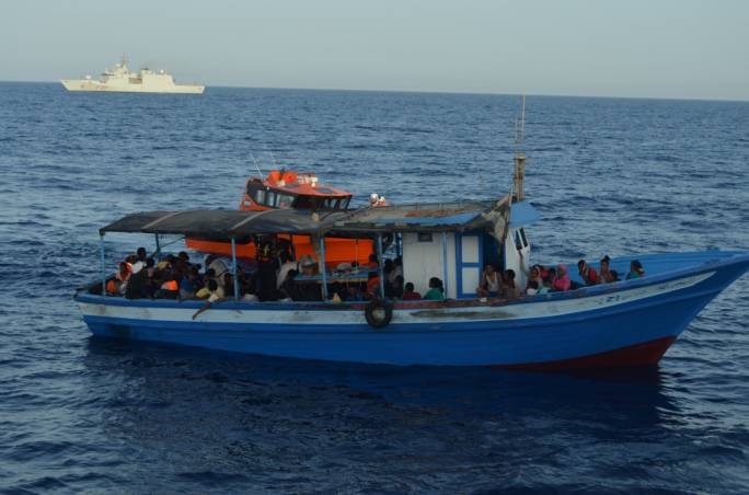 Updated | Fishing boat with 450 migrants is now in Italian SAR