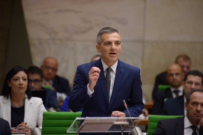 "Simon Busuttil is more convincing in contrasting Muscat's concern with the ""here and now"" with the opposition's concern for long term sustainability"
