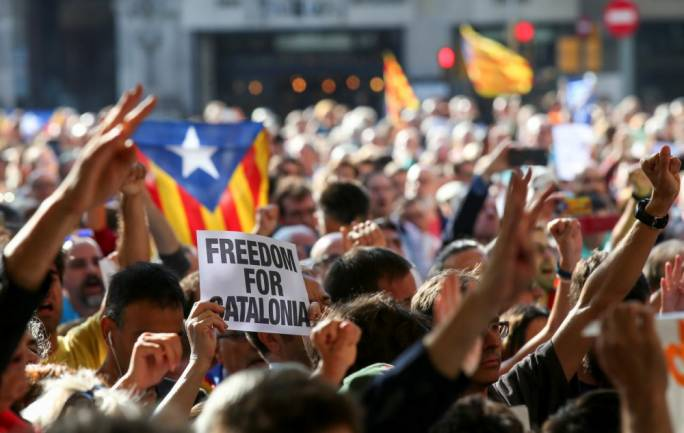 A crowd of protesters gather outside the Catalan region's economy ministry after junior economy minister Josep Maria Jove was arrested by Spanish police (Photo: Reuters)