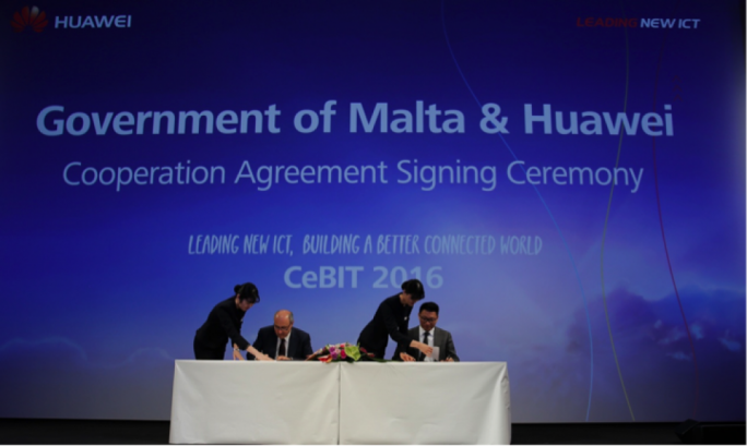 José Herrera, Parliamentary Secretary of Competitiveness and Economic Growth, Government of Malta, and Edward Chan, CEO of Huawei Italia, sign the agreement