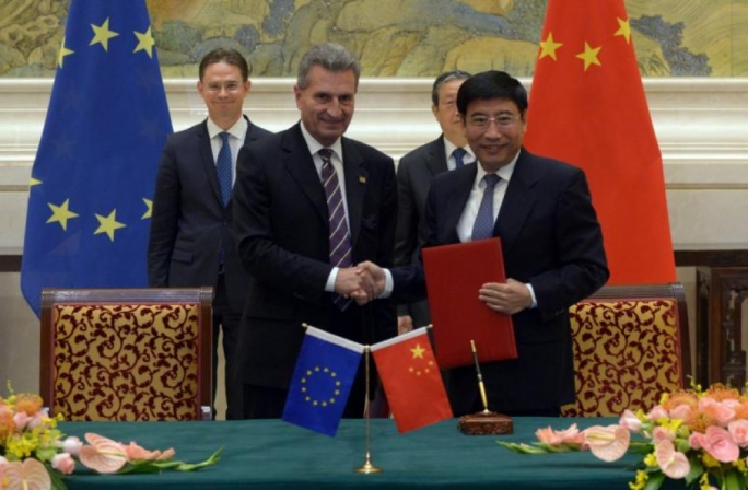 Günther Oettinger (L), EU Commissioner for Digital Economy & Society, shakes hands with Miao Wei, Chinese Minister of Industry and Information Technology, after signing the 5G Agreement between the EU and China, in Beijing. (Photo: EU)