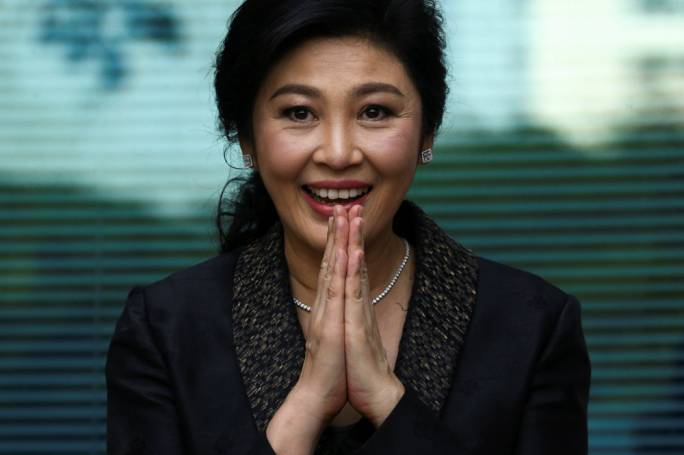 Former Thai PM Yingluck Shinawatra greets supporters as she arrives at the Supreme Court (Photo: the Japan Times)