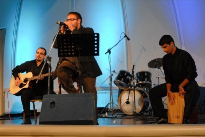 Justin Galea (left) and Antonio Oliviari perfroming during the 2009 edition of the Ghanja tal-Poplu.
