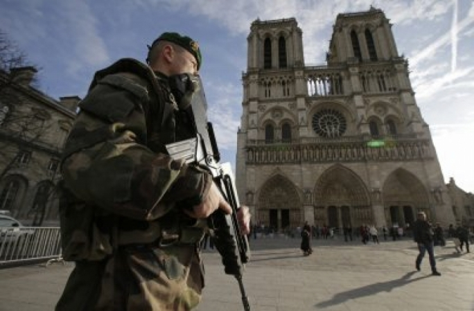 Notre-Dame attacker lunges at cop with hammer in dramatic video