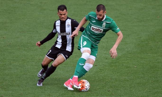Jackson Lima of Hibernians challenging Ignacio Varela for the ball. Photo: Dominic Borg