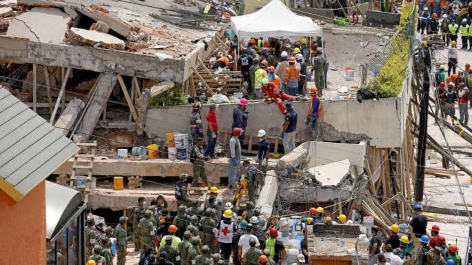 Rescue teams continue searching for students trapped in the rubble of Enrique Rebsamen School in Mexico City (Photo: Gary Coronado / Los Angeles Times)