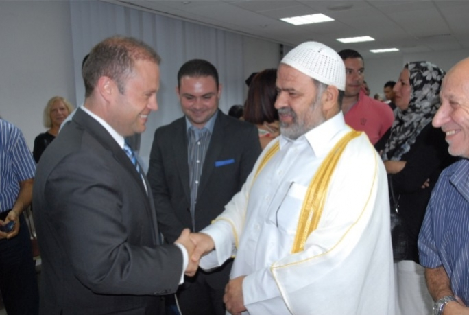 Labour leader Joseph Muscat meets with Imam Mohammad El Saadi.