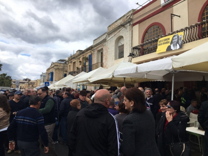 With hundreds of people bustling through the Marsaxlokk market, she unknowingly dropped her credit card