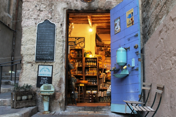 Le Panier: Wander through the twisted alleyways of Le Panier, that open up into hidden squares, sun-baked cafés, artisan shops, ateliers and terraced house