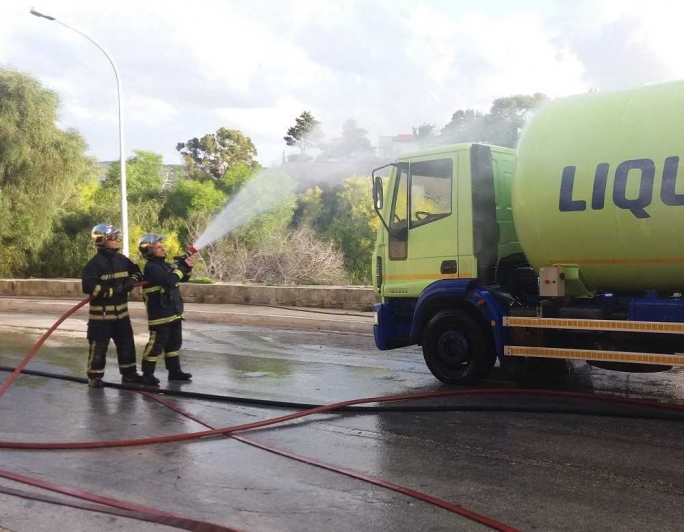 Updated | Three houses evacuated after Liquigas bowser leak