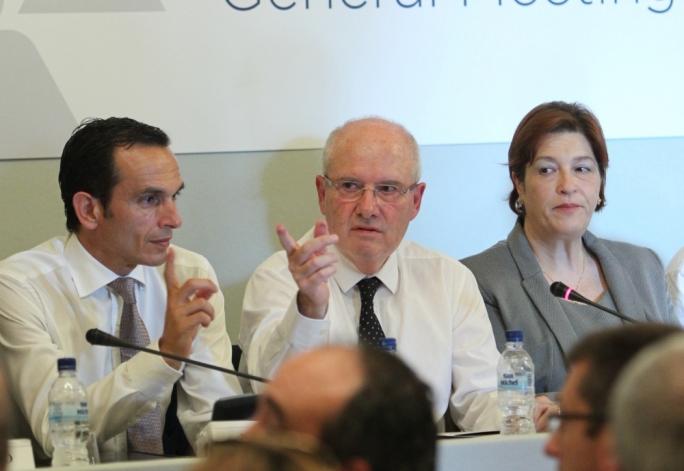 Farsons chairman Louis A Farrugia (centre)