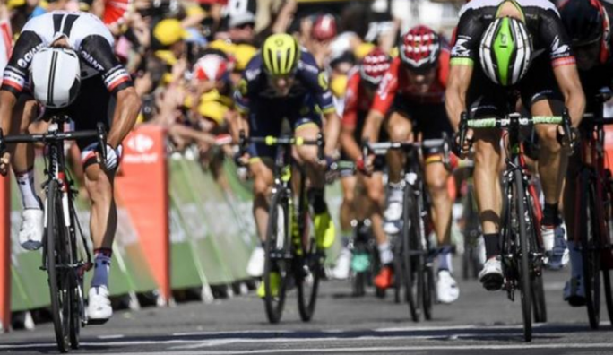 Matthews held off Edvald Boasson Hagen (r) to win his second stage of this year's Tour