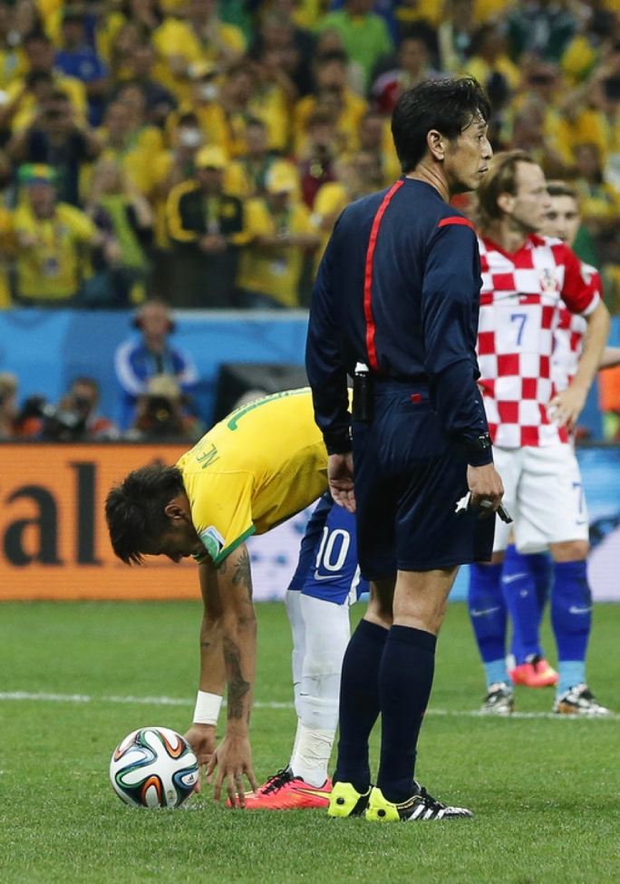 Neymar (L) of Brazil prepares for a penalty kick next to Japanese referee Yuichi Nishimura (R) during the FIFA World Cup 2014 group A preliminary round match between Brazil and Croatia at the Arena Corinthians in Sao Paulo, Brazil, 12 June 2014. Photo by EPA/TOLGA BOZOGLU