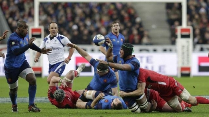 France's Thierry Dusautoir (R) passes the ball to his team-mate Eddy Ben Arous (L)