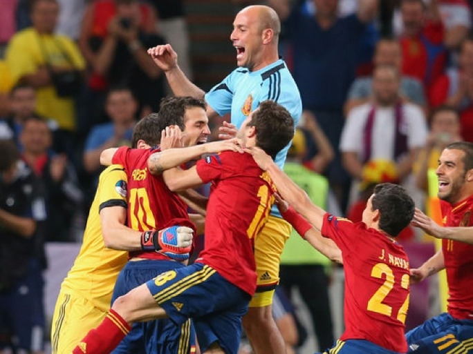 Spain players celebrate as they advance to the Euro 2012 final.