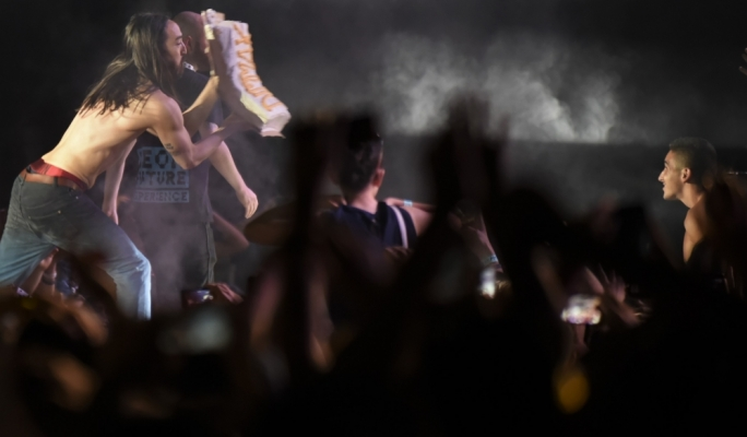 Steve Aoki and his signature cake throwing at Isle of MTV. Photo: Chris Mangion