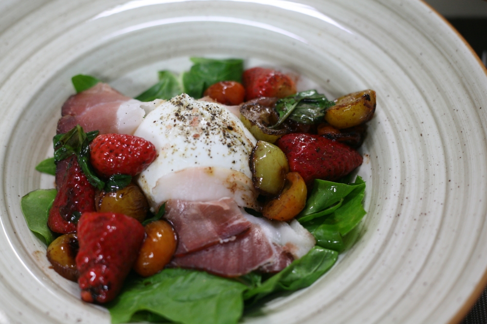 Mozzarella, speck and strawberry salad