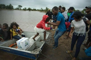 Mozambique death toll rises as aid blocked