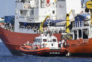 Italian coast guard lands 900 immigrants in Sicily