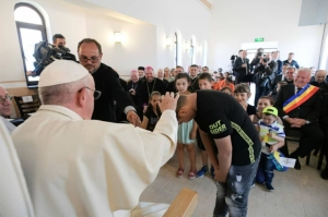 Pope Francis apologises to Roma for Catholic discrimination