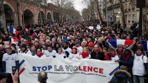 'Red scarves' march in Paris against yellow-vest violence