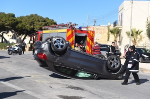 [WATCH] Car ends up on its roof in Naxxar accident, nobody injured