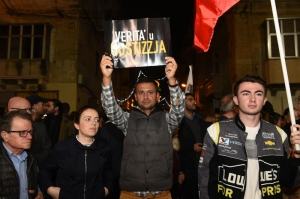 [PICTURES] Protesters turn guns on police: 'Arrest Keith Schembri'