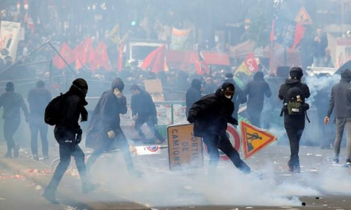 Police used teargas against protestors wearing masks (Photo:Reuters)
