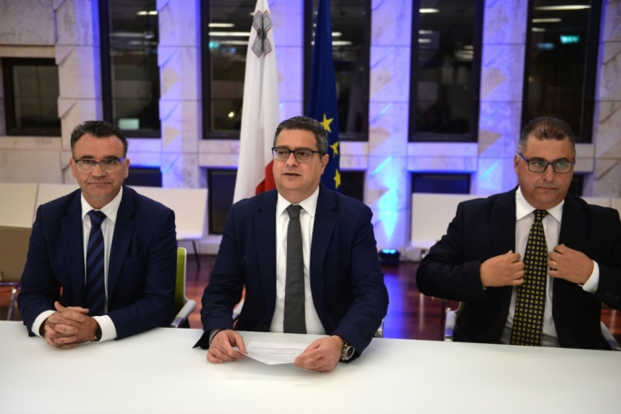 Adrian Delia says the Prime Minister must shoulder responsibility and remove Keith Schembri