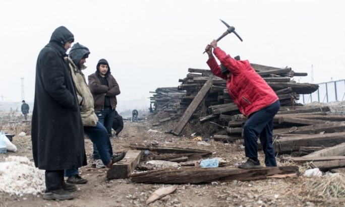 The migrants living at the Belgrade Waterfront are using the beams of abandoned tracks (or tires or rubbish) against the temperatures below zero degrees and to produce hot water. Photo by Mario Badagliacca