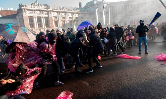 Protesters try to break through police barricades near the presidential palace in Vienna (Photo: Getty Images)
