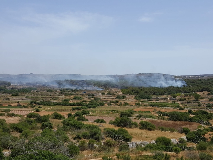 [WATCH] Firefighters struggling to contain fire in Miżieb woodland