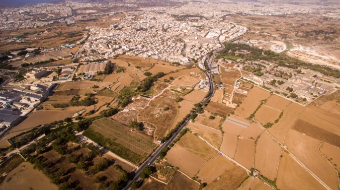 The current bi-directional Triq Nutar Zarb will be turned into a uni-directional road, forcing the creation of a new road into the surrounding fields joining up to the main Rabat thoroughfare