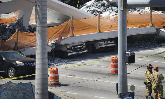 Vehicles are still trapped under the footbridge. (photo:The Guardian)